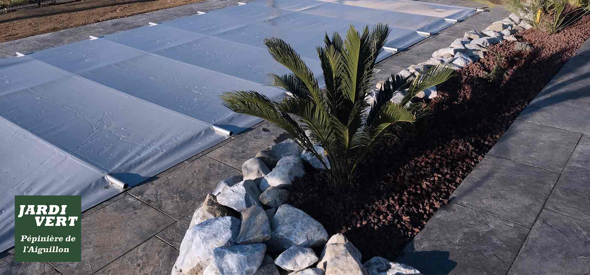 Création d'un massif contemporain, avec piscine et terrasse en dalle anthracite à Portet-sur-Garonne