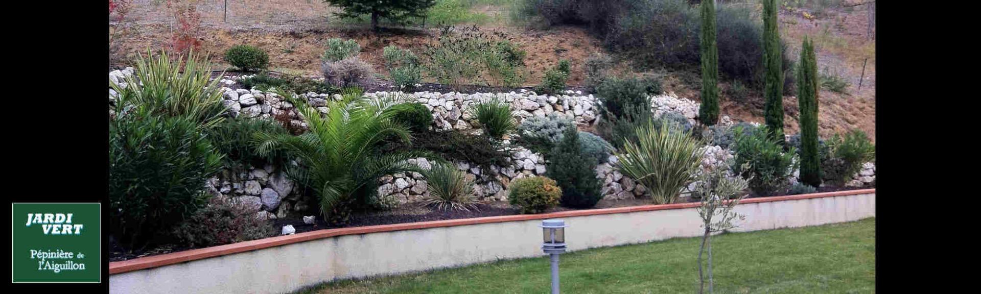 Construction de terrasses avec murets en pierre sèche façon méditerranéenne, avec massifs fleuris à Eaunes
