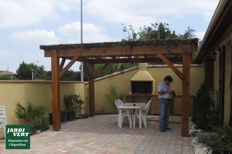 Construction d'un mur d'enceinte avec enduit et pose de brique foraine, d'une terrasse en pavé vieilli et d'une pergola à Roquettes